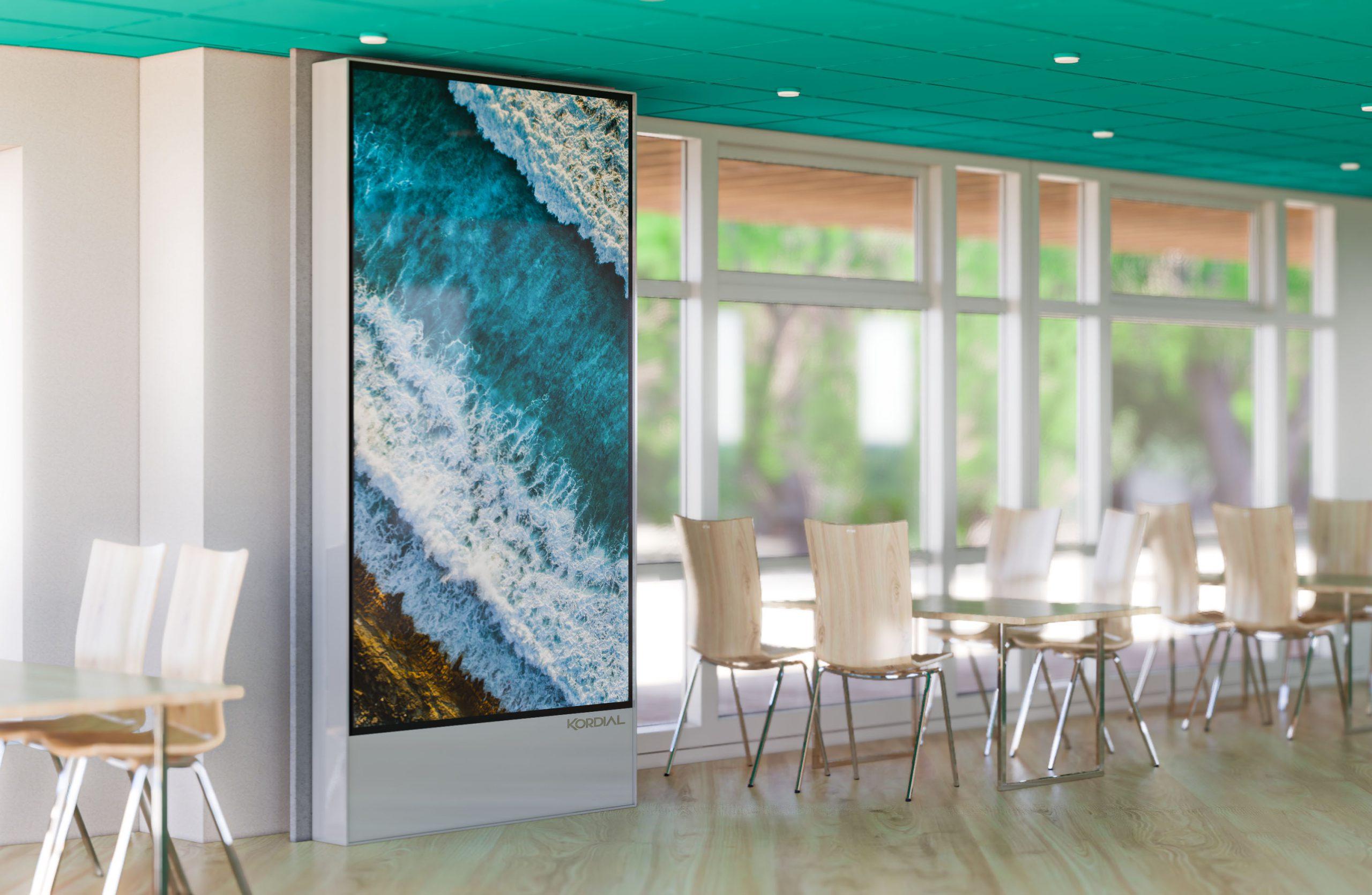 Zimmer mit Stühlen und Tischen und BREITZ Videowall Brandschutzeinhausung Displaygehäuse