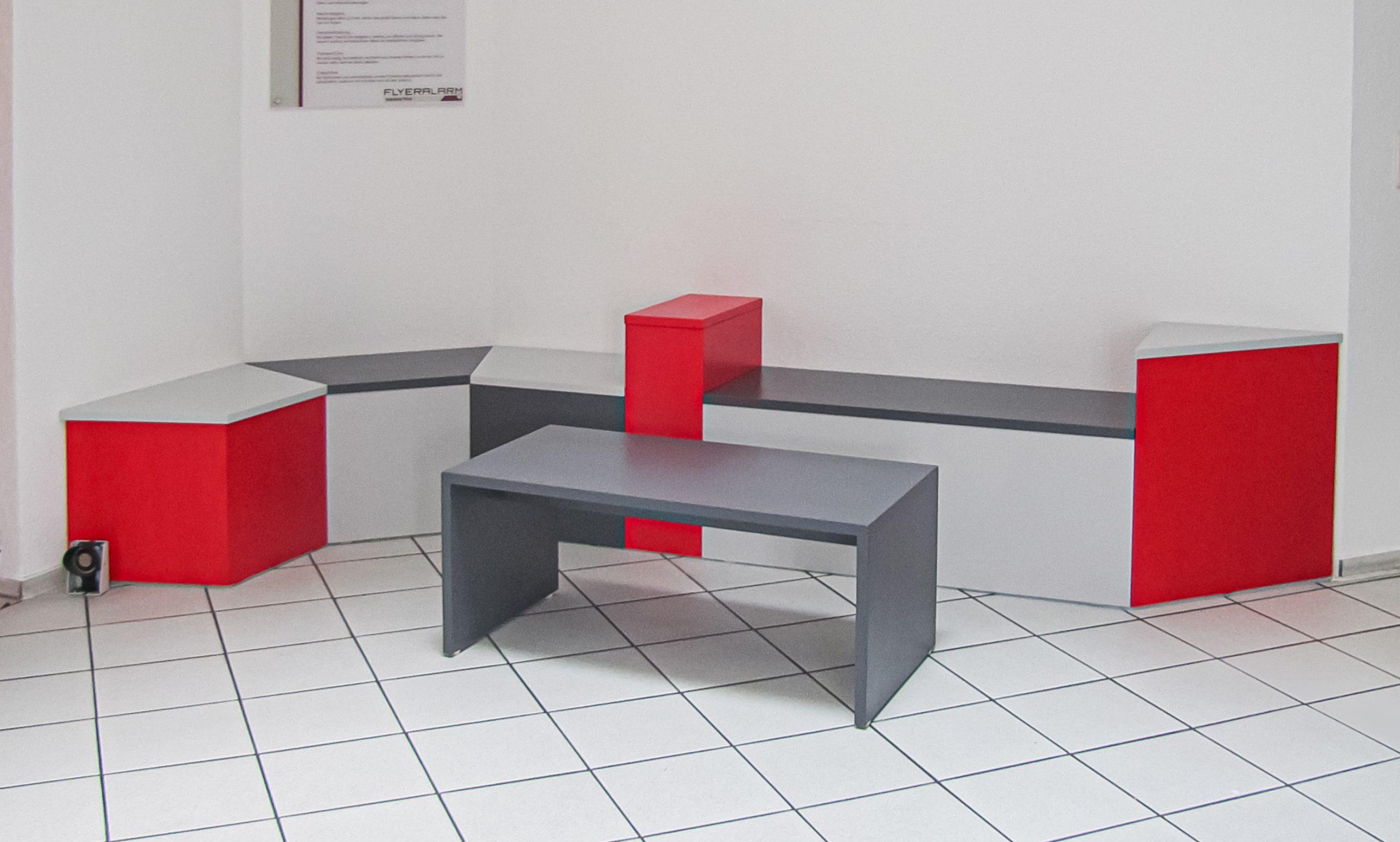 Sitzecke mit Rot, Grauen Brandschutzmöbeln an der wand