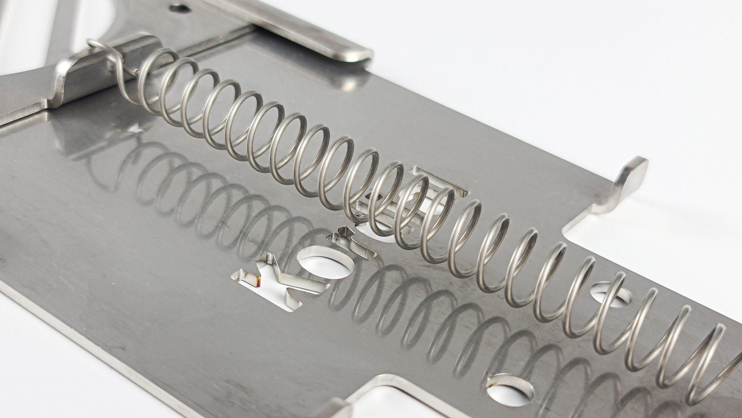 Rauchklappen Metallfeder über Metallplatte