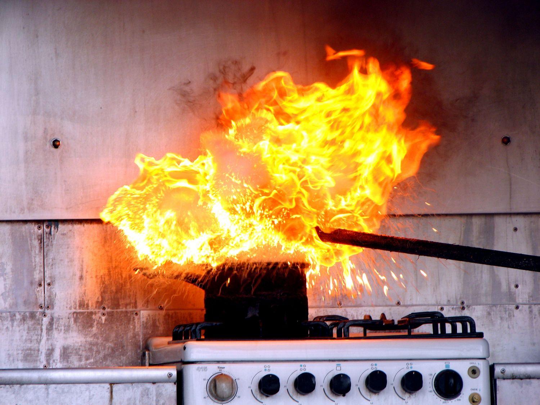 Große flamme über topf auf Herd und Ofen