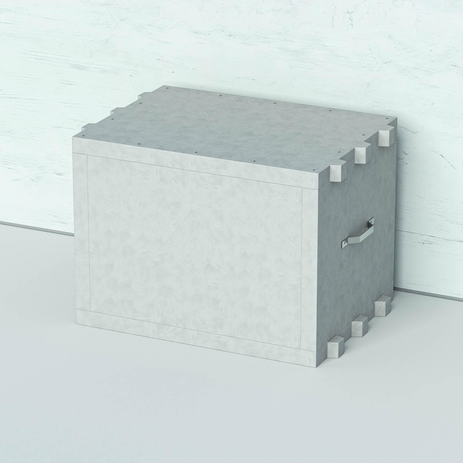 Akkubox in grau vor einer weißen Wand